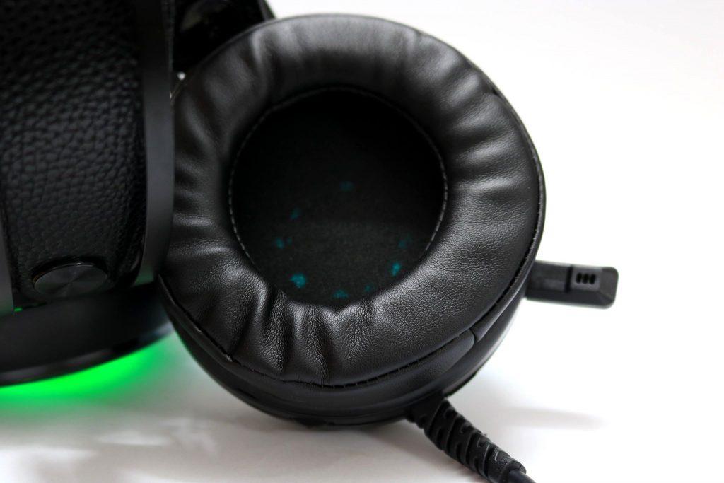 Zidli ZH12S có ốp tai mềm mại và miếng đẹm tai lớn, mang lại cảm giác thoải mái cho game thủ.