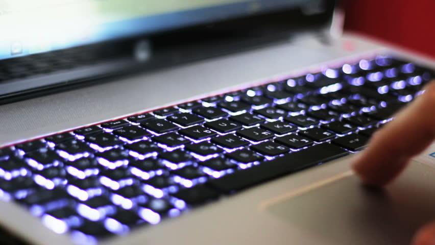 Các bàn phím laptop hiện đại thường được trang bị đèn LED cũng là một tác nhân gây tốn pin khi sử dụng.