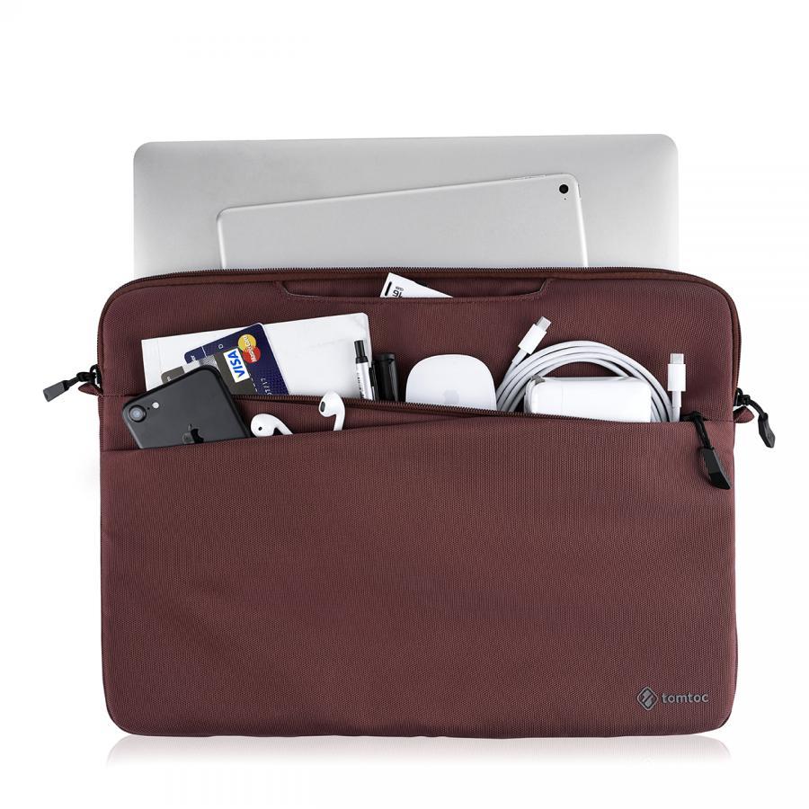 Hai túi kín bên ngoài rất tiện lợi cho việc cất giữ các thiết bị ngoại vi