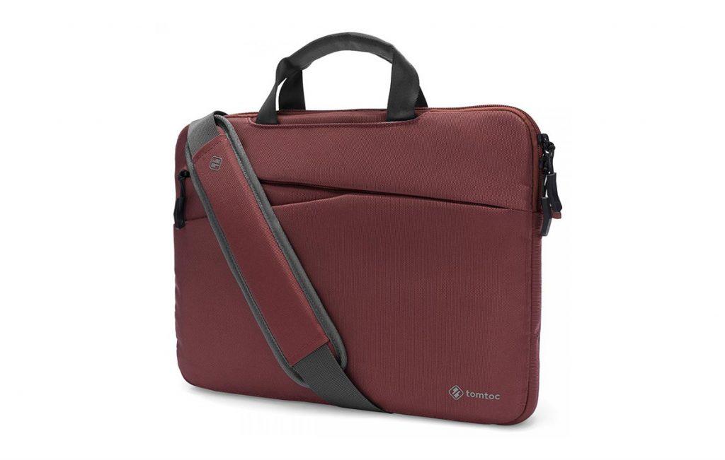 """túi Tomtoc 13"""" A45-C01DR có thể được đeo chéo qua người hoặc xách trên quai"""