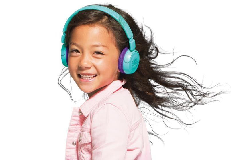 Tai nghe JBL JR 300 BT (Teal) là thiết bị không thể thiếu được trong mỗi chuyển đi chơi cho trẻ