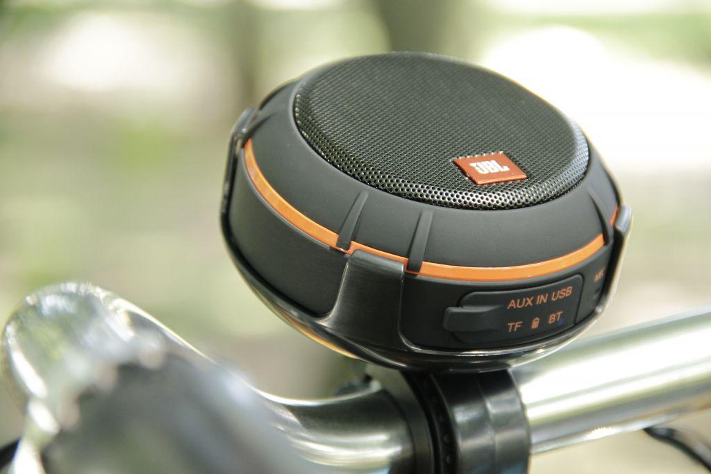 Loa Bluetooth JBL Wind (Black) với thời gian sử dụng lâu thuận tiện cho những chuyến đi chơi xa