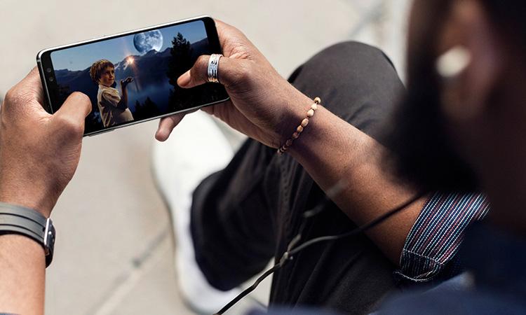 sử dụng điện thoại để lướt web